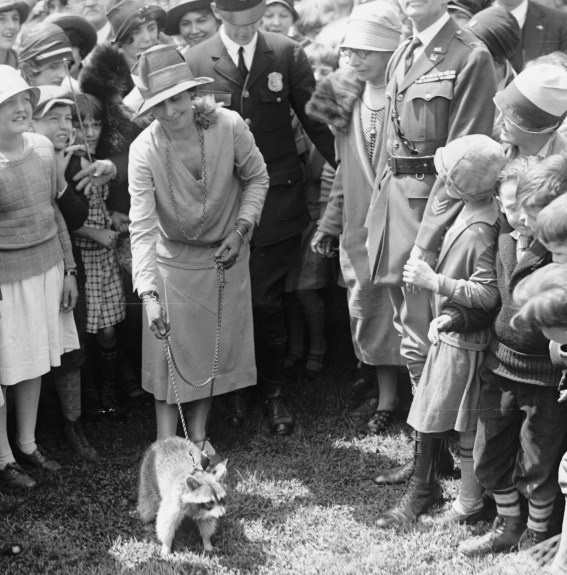 cc-mrs-coolidge-and-raccoon-easter-egg-roll-1927